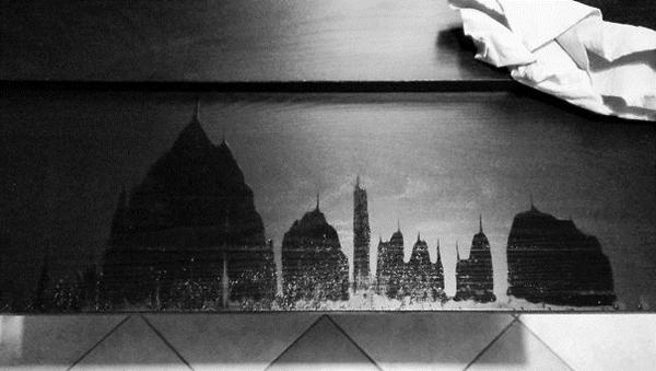 Kwikku, Percaya atau tidak gambar ini bukan lukisan yang digoreskan oleh tinta seseorang Melainkan tumpahan air diatas meja yang membentuk penampakan layaknya daerah perkotaan