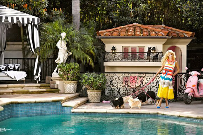 Kwikku, Paris Hilton yang merupakan artis kaya raya juga membuatkan kandang untuk anjingnya dengan desain yang mewah Harga jual kandang tersebut dikabarkan mencapai Rp  miliar
