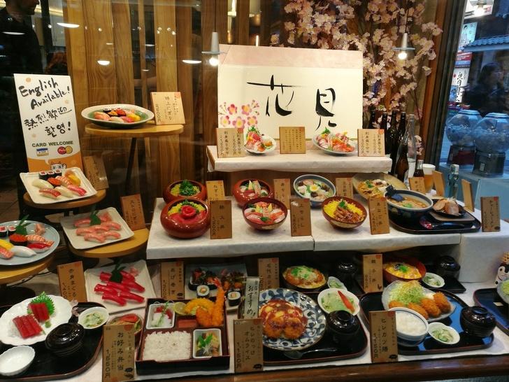 Kwikku, Restoran di Jepang membuat replika makanan yang tampak asli sebagai pajangan yang bisa bikin kita mantap untuk memilih menunya gaes