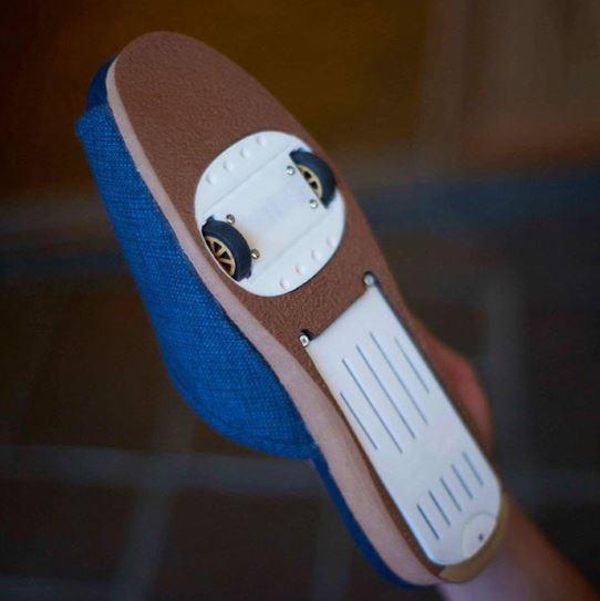 Kwikku, Sandal yang disediakan di tempat pijat juga sangat menarik Mereka menambahkan roda dibagian dasarnya seperti ini Bakal kepleset nggak ya