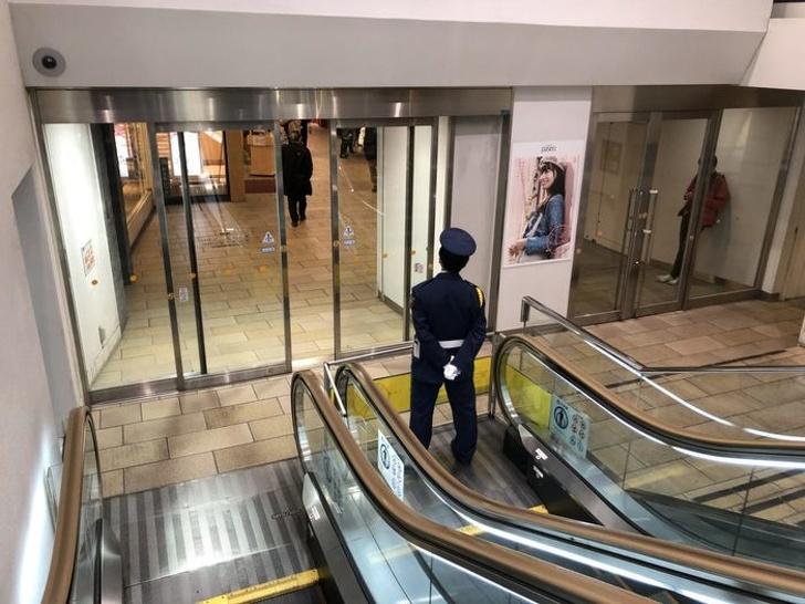 Kwikku, Eskalator yang mati akan dijaga oleh seorang petugas jadi nggak salah paham deh