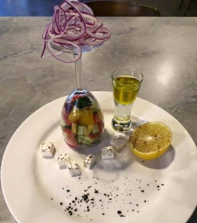 Kwikku, Mungkin beginilah tampilan penyajian makanan yang kelewat kreatif sampai membalik gelas begini Cukup ribet kalau mau makan ya Harus menyingkirkan irisan bawangnya juga