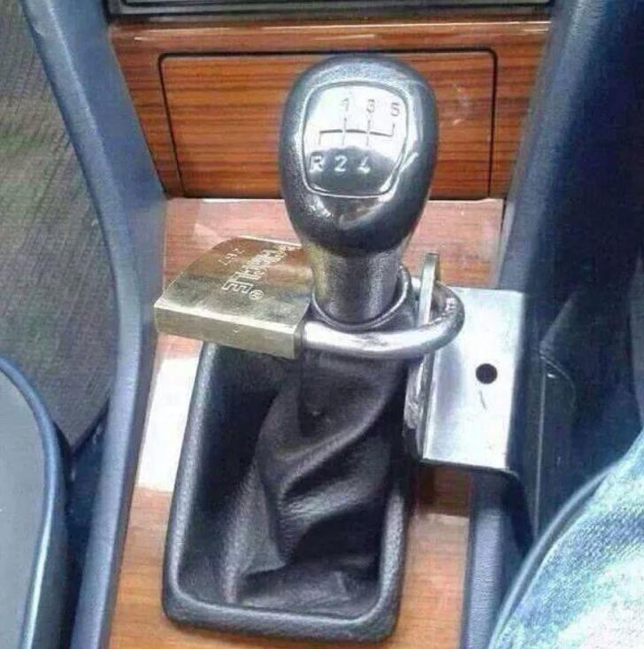 Kwikku, Bukan hanya dipintu mobil niat banget ya sampai dipasangi gembok begini