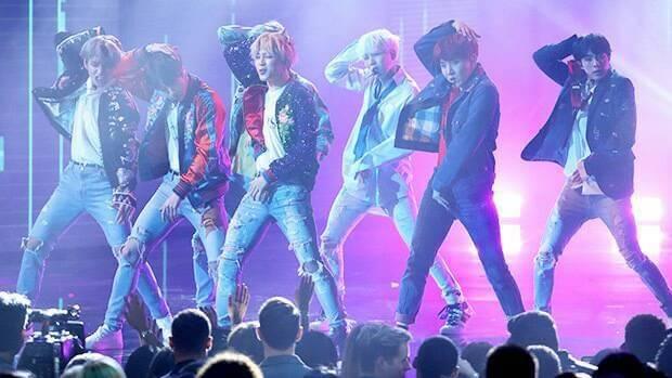 Kwikku, Standing mic yang digunakan secara bergantian pada videoklip Airplane Pt  milik BTS juga memuat dance mereka tampak sangat adiktif untuk dilihat