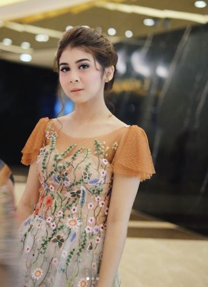 Kwikku, Anggun dengan Flowery Dress