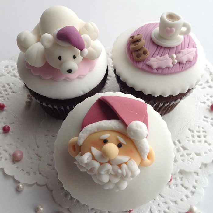 Kwikku, Paduan cupcakes dengan coklat putih ini benarbenar bikin tidak tega untuk memakannya Bentuk karakter dan benda di atasnya buat suasana Natal semakin dihati