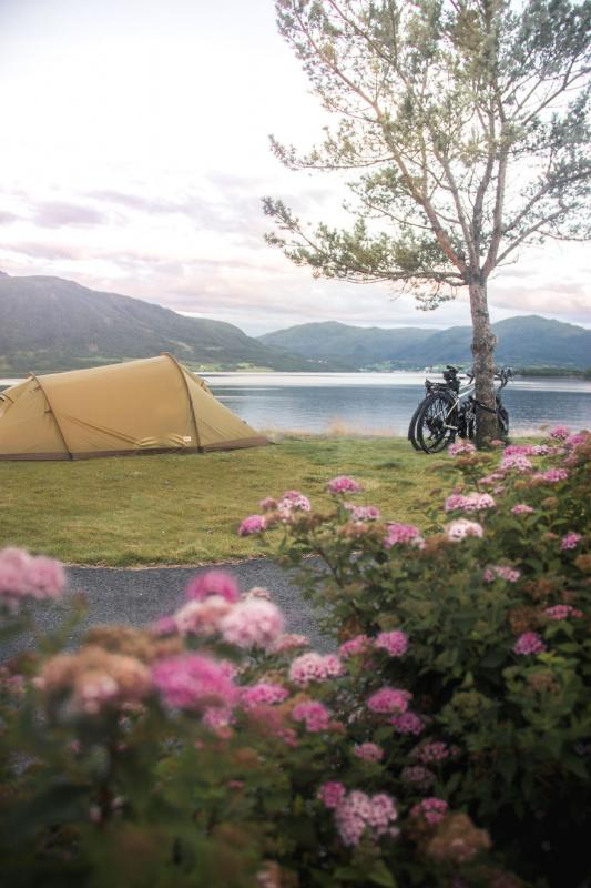 Kwikku, Istirahat sejenak dengan membangun tenda di pinggir danau