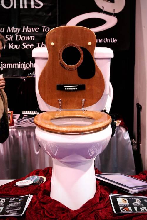 Kwikku, Toilet Gitar