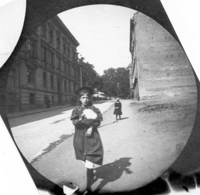 Kwikku, Seorang anak dengan seragam sekolah di masa itu