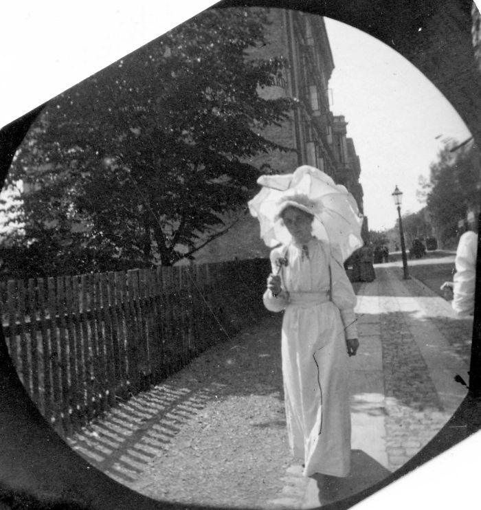 Kwikku, Pelajar wanita dengan seragam putih