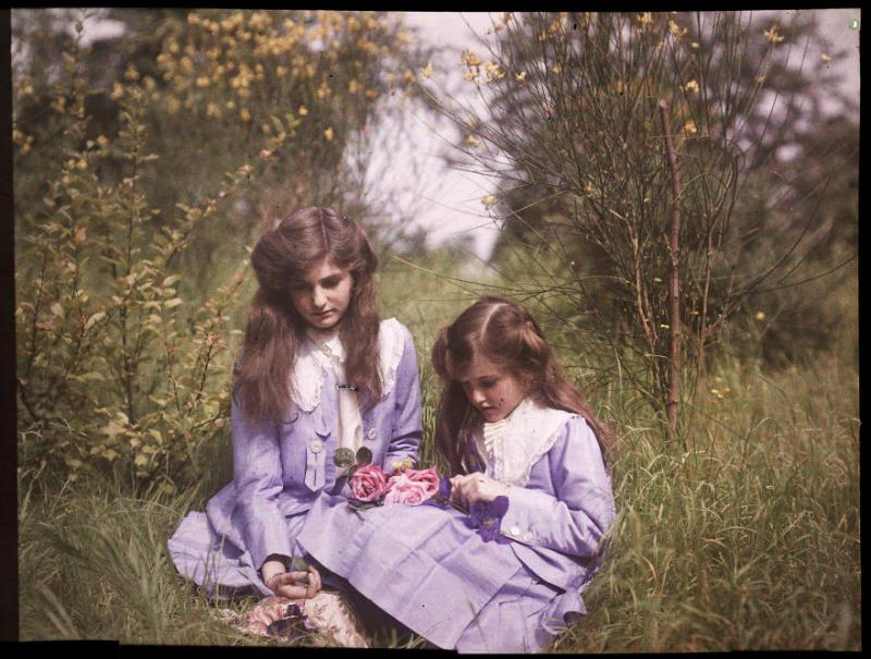 Kwikku, Dua Bersaudara  Duduk di Kebun