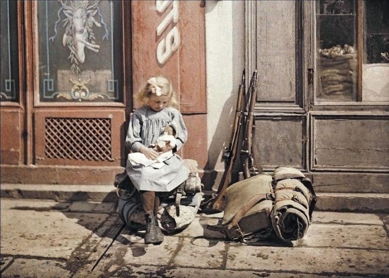 Kwikku, Seorang gadis menggendong boneka di antara senjata tentara Perancis