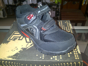 Kwikku, Sepatu sekolah yang selalu dibelikan ayah ibu setiap habis pembagian rapot