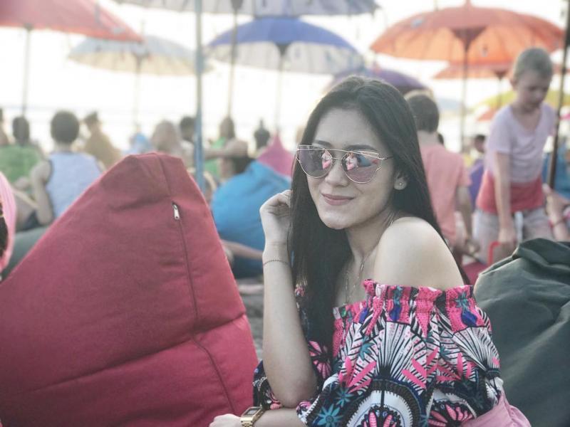 Kwikku, Gaya liburan Vita Alvia dan senyumnya yang manis