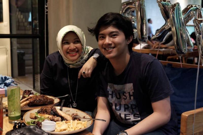 Kwikku, Ia lahir di Bandung  Agustus