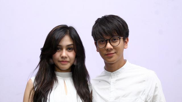 Kwikku, Keduanya kompakan pakai baju putih saat menjadi bintang tamu di acara Rumpi Trans TV Bahkan di tengah acara Iqbaal memberi Vanesha bunga lho So sweet banget kan