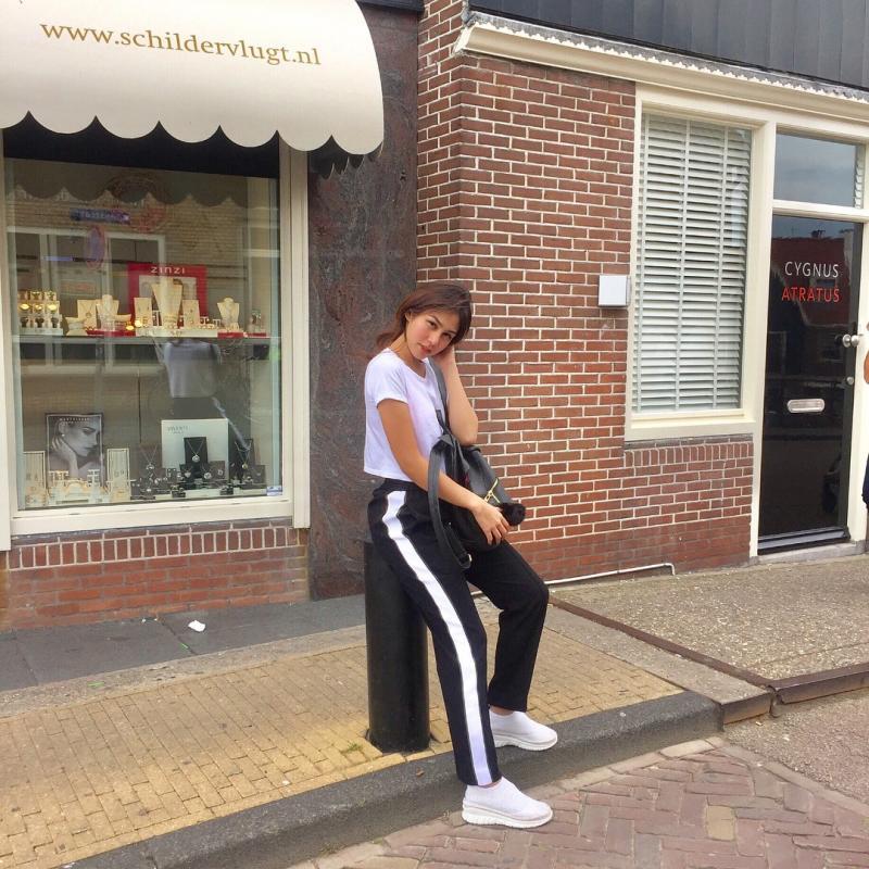 Kwikku, Gaya kekinian Vanesha dibuktikan dengan white tshirt track pants dan white sneakers
