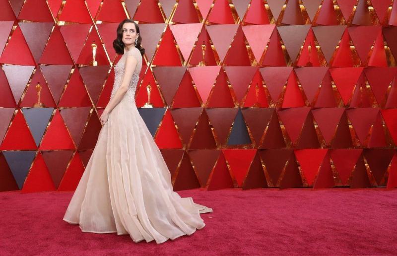 Kwikku, Allison Williams Bintang yang pertama kali muncul di red carpet Ia mengenakan perhiasan yang begitu elegan