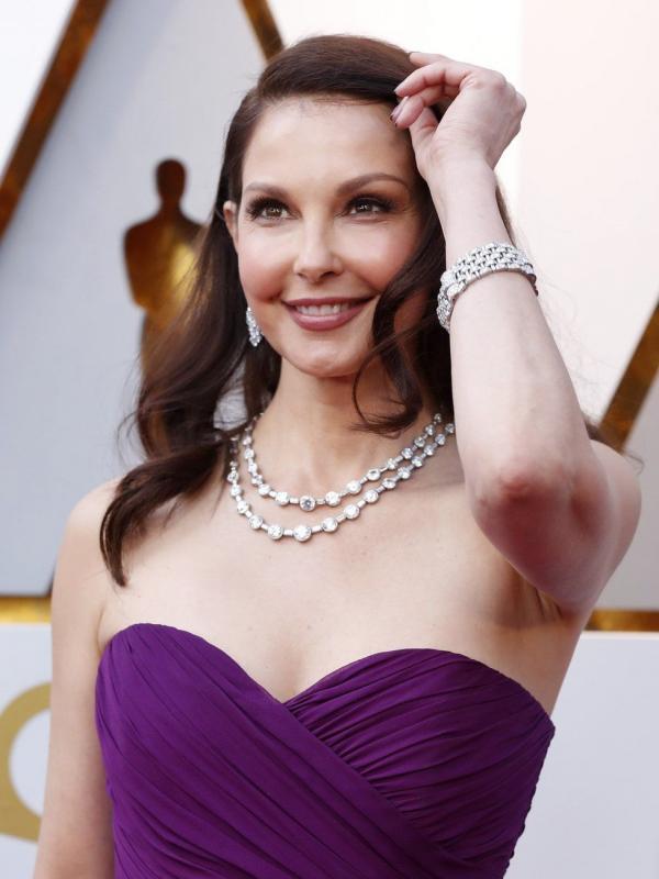 Kwikku, Ashley Judd tampil anggun dengan balutan gaun ungu