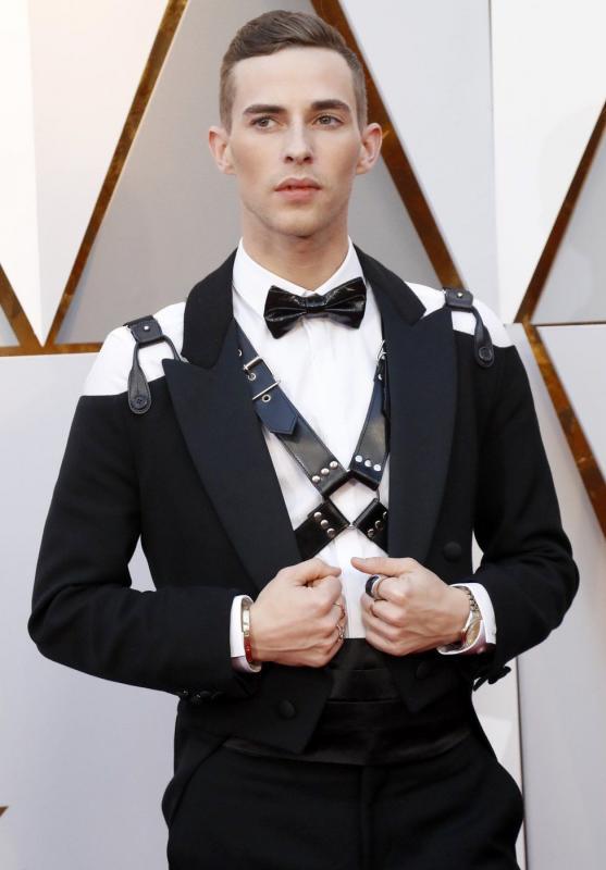 Kwikku, Adam Rippon begitu gagah dengan tuxedo tradisional yang dikombinasikan dengan aksesoris kulit hitam