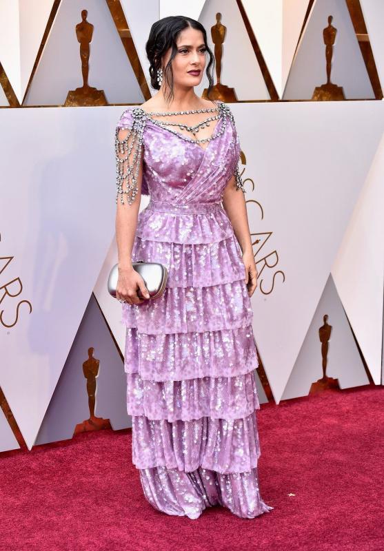 Kwikku, Salma Hayek menggunakan kreasi ruffled berwarna ungu