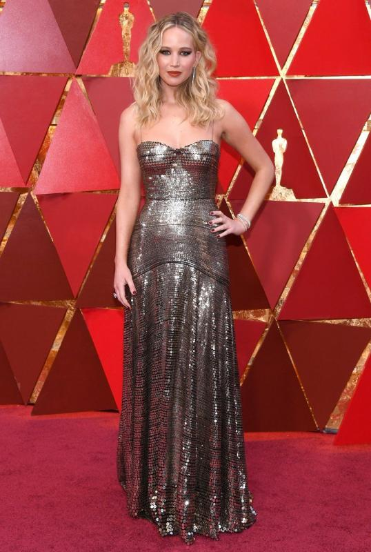 Kwikku, Jennifer Lawrence glamor dengan mettalic dress