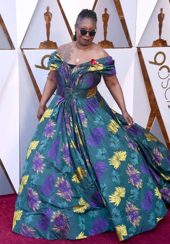Kwikku, Whoopi Goldberg begitu memukau dengan dress bunga dan tato naga