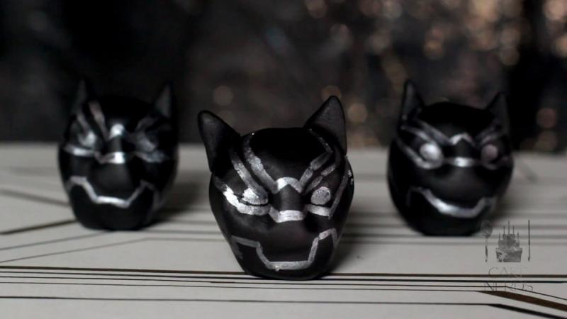 Kwikku, Nah kalau ini kue bulat berbentuk topeng Black Panther Di dalamnya berisi coklat yang lumer saat dimakan