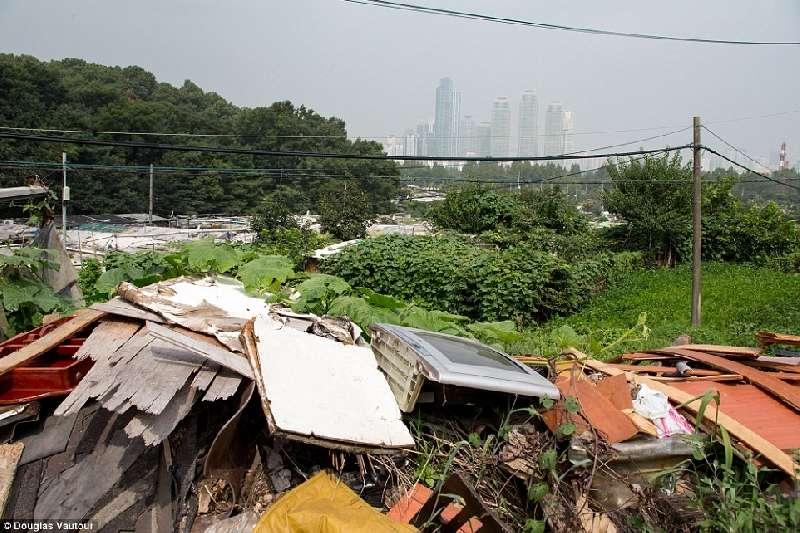 Kwikku, Sama halnya dengan di Jakarta pemukian kumuh ini benarbenar tak layak