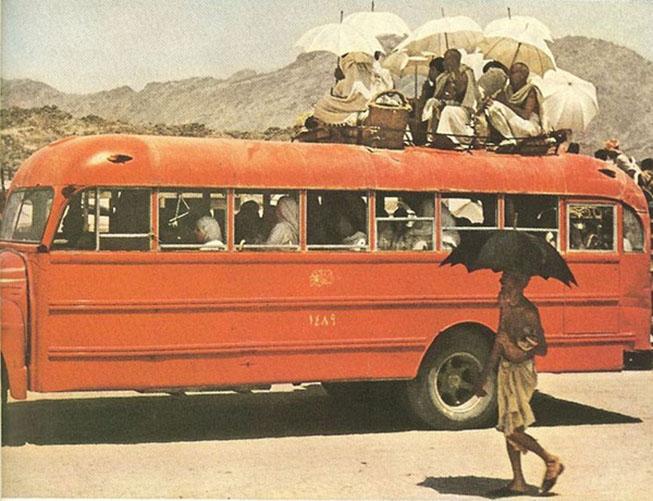 Kwikku, Para Jemaah dan bis pengantar