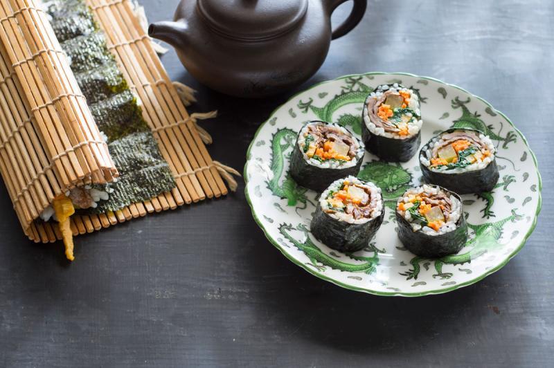 Kwikku, Di Jepang sushi biasanya dibumbui dengan cuka beras Sementara kimbap hanya diberi minyak wijen Hal tersebut membuat rasa keduanya jelas berbeda