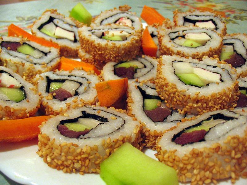 Kwikku, Sushi biasanya diisi dengan ikan mentah Namun di Indonesia lebih suka dengan ikan matang Sedangkan kimbap disajikan dengan daging masak nasi bayam wortel lobak hingga telur Isi sushi lebih beraneka ragam daripada kimbap yang cenderung sama di setia