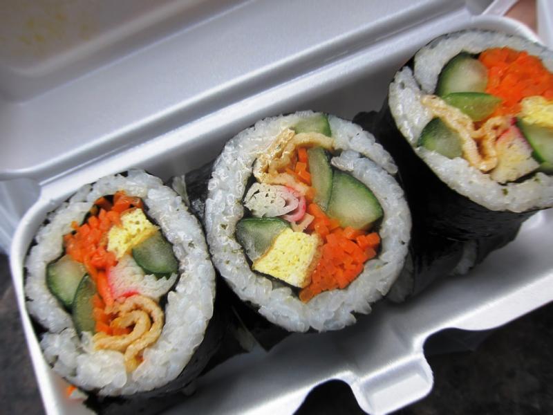 Kwikku, Kimbap lebih sering ditemui di jalanan sebagai street food dan disajikan dalam lunch box Sedangkan sushi dianggap sebagai makanan berat dan hanya ditemukan di restoran atau rumah makan