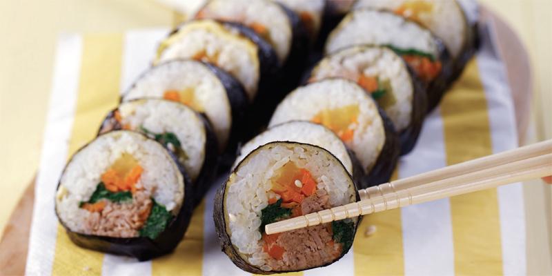Kwikku, Meski berbentuk sama namun kimbap bsia menggunakan nasi yang beraneka ragam Mulai dari merah coklat dan hitam Sedangkan sushi selalu menggunakan nasi putih