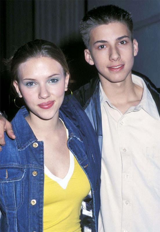 Kwikku, Scarlet Johansson dengan kembarannya Hunter