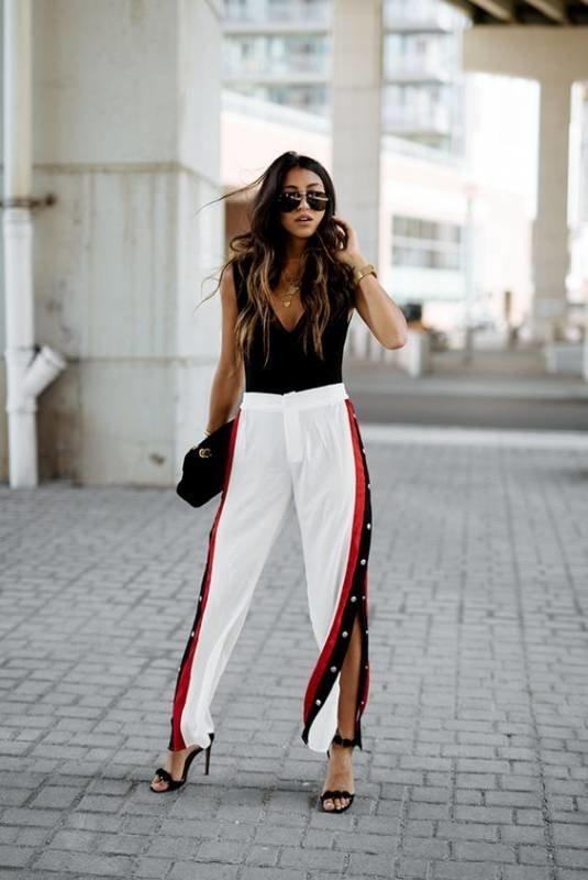Kwikku, Track pant dengan belahan samping ini cocok banget banget dengan atasan berwarna senada dengan stripes celana Tambahkan clutch agar lebih match