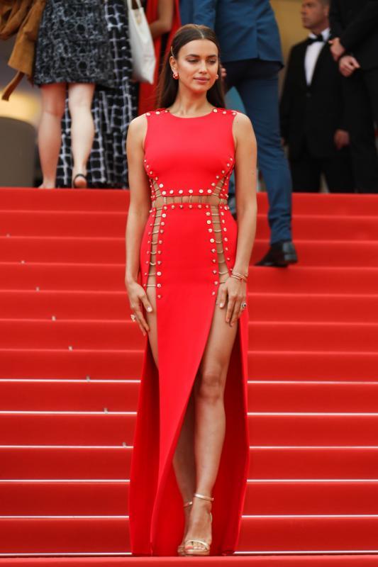 Kwikku, Irina Shayk tampil menawan dengan gaun warna merah koleksi dari Versace Ia menunjukkan kakinya yang seksi