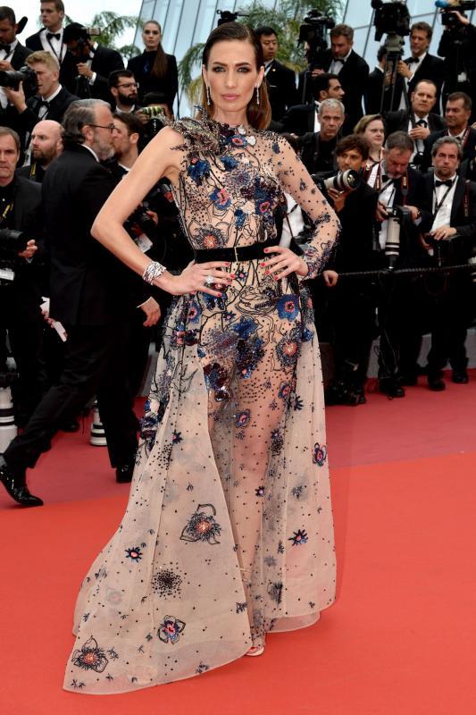 Kwikku, Menggunakan gaun transparan dengan corak bunga Nieves Alvares tampil berani dengan gaun karya Elli Saab
