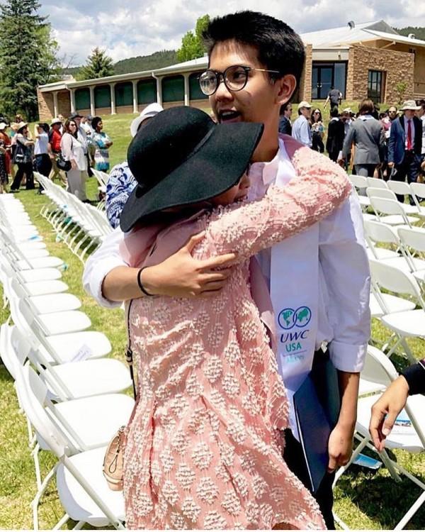Kwikku, Sang kakak memberikan pelukan bahagia dan bangga kepada adiknya