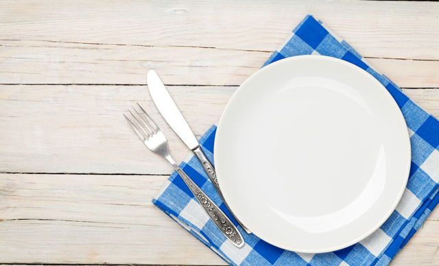 Kwikku, Piring dan sendok yang tertata di meja kadang mengingatkanmu akan makanan lezat saat berbuka puasa