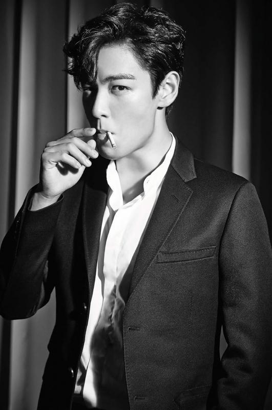 Kwikku, TOP Bigbang malah terangterangan sedang asik merokok dan tidak memperdulikan sekitarnya