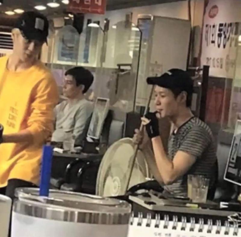 Kwikku, Foto Taemin saat merokok di sebuah rumah makan pun beredar luas