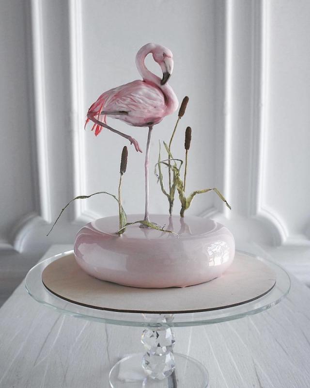 Kwikku, Elena menambahkan efek glowing pada kuenya agar layaknya kaca atau air