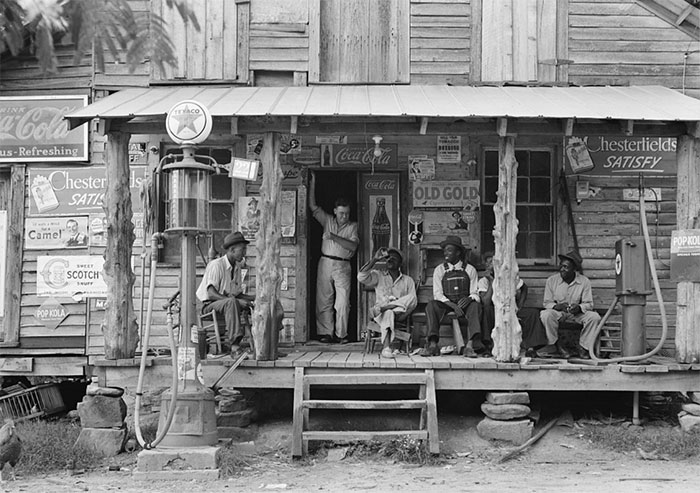 Kwikku, Country Store di Dirt Road yang menjual aneka kebutuhan pokok minuman hingga bahan bkaar Potret ini diambil sekitar tahun  di North Carolina