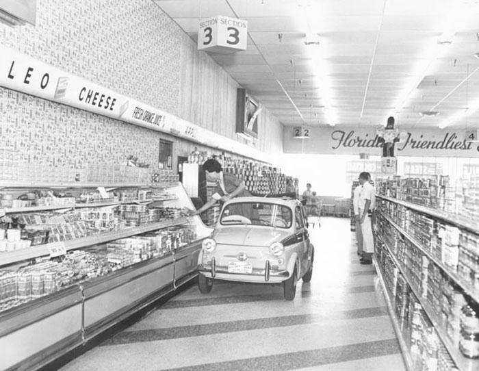 Kwikku, Supermarket ini menyediakan fasilitas mobil untuk para konsumen yang ingin berbelanja Circa