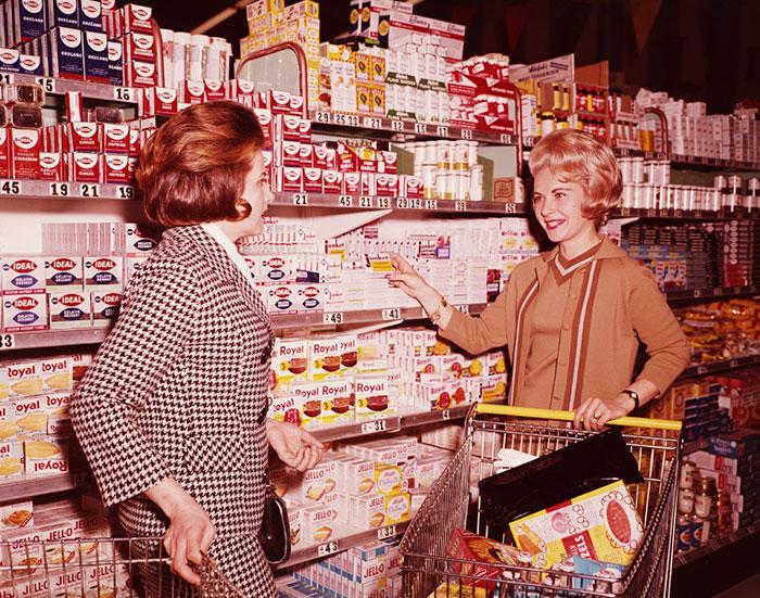 Kwikku, Dua wanita asik shopping di American Supermarket