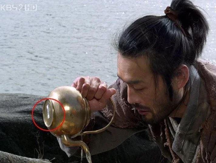 Kwikku, Ada barcode harga di bawah teko salah satu adegan drama Chuno The Slave Hunters
