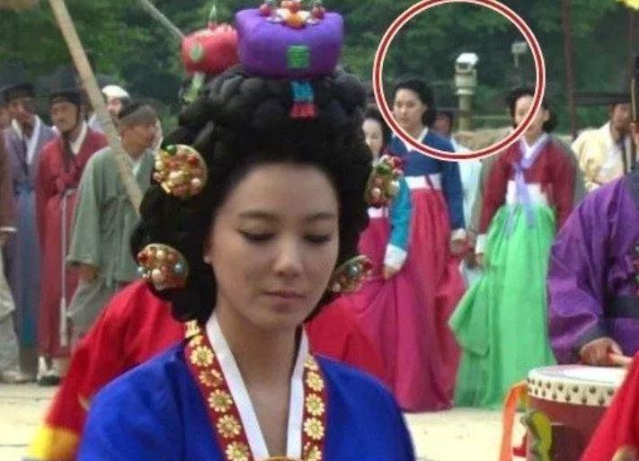 Kwikku, Tampak CCTV di belakang sebuah adegan drama Dr Jin Padahal settingnya zaman dulu banget