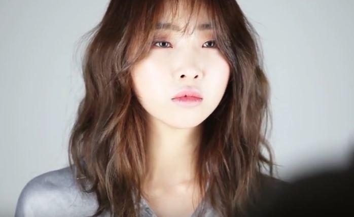 Kwikku, Gong Minzy ex NE mengunggah foto stunningnya di Instagram Ia berpose begitu karismatik di depan kamera dengan shirt black graphic dan kaca mata