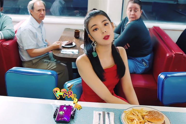 Kwikku, Anting eye catchy milik Lia begitu cocok dengan dress merahnya
